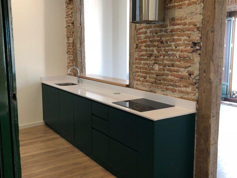 Mueble De Cocina Personalizado Y Puerta De Madera En Arco
